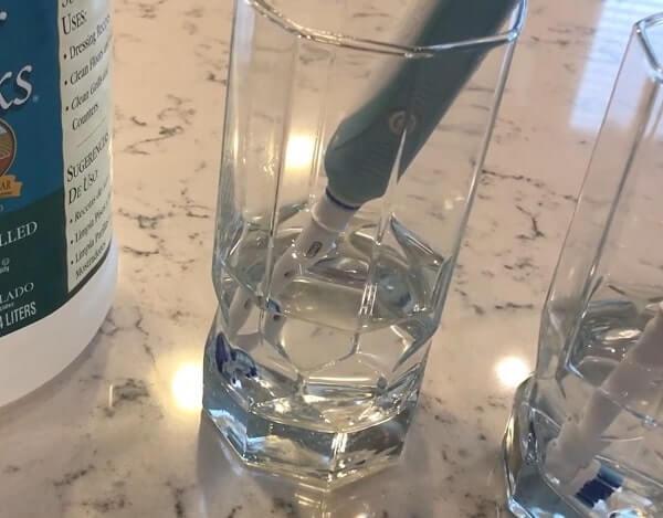 como limpiar el cepillo de dientes electrico